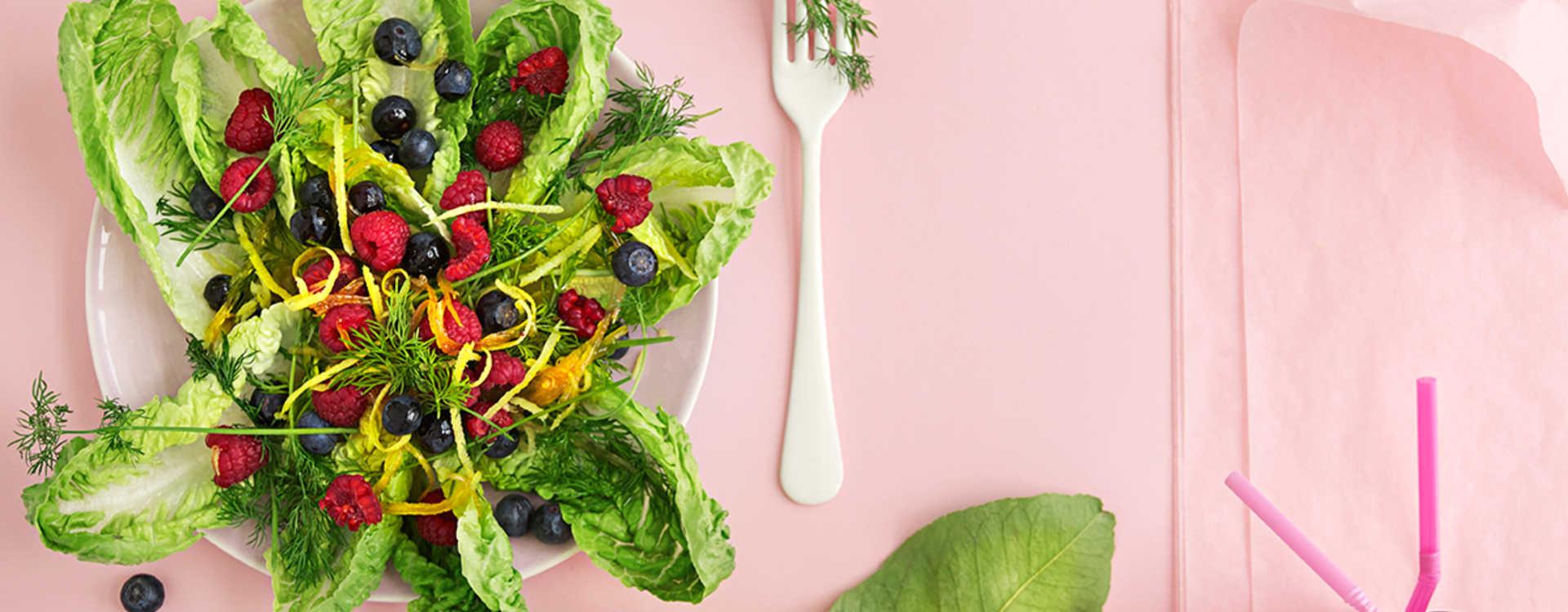 Hjertesalat med friske bær, dill og kokt sitron-vinaigrette