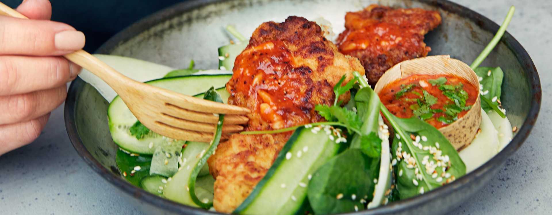 Sprøstekt kyllinglårfilet med sursøt saus og honningmelon
