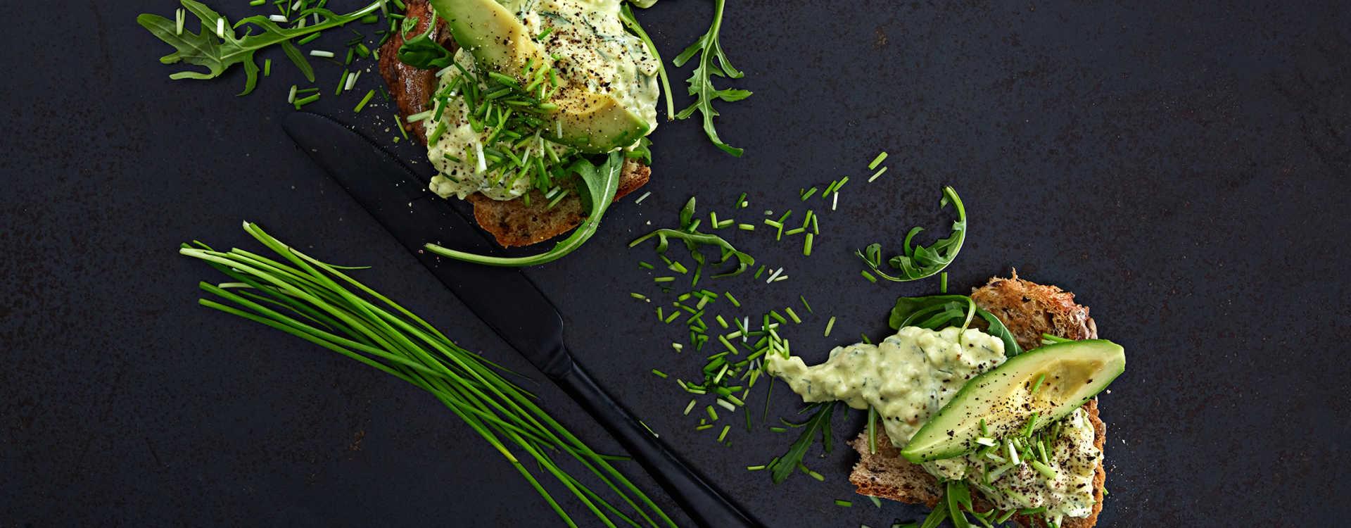 Avokado, egg og dillkrem på grovbrød med ruccola, kalde poteter og gressløk