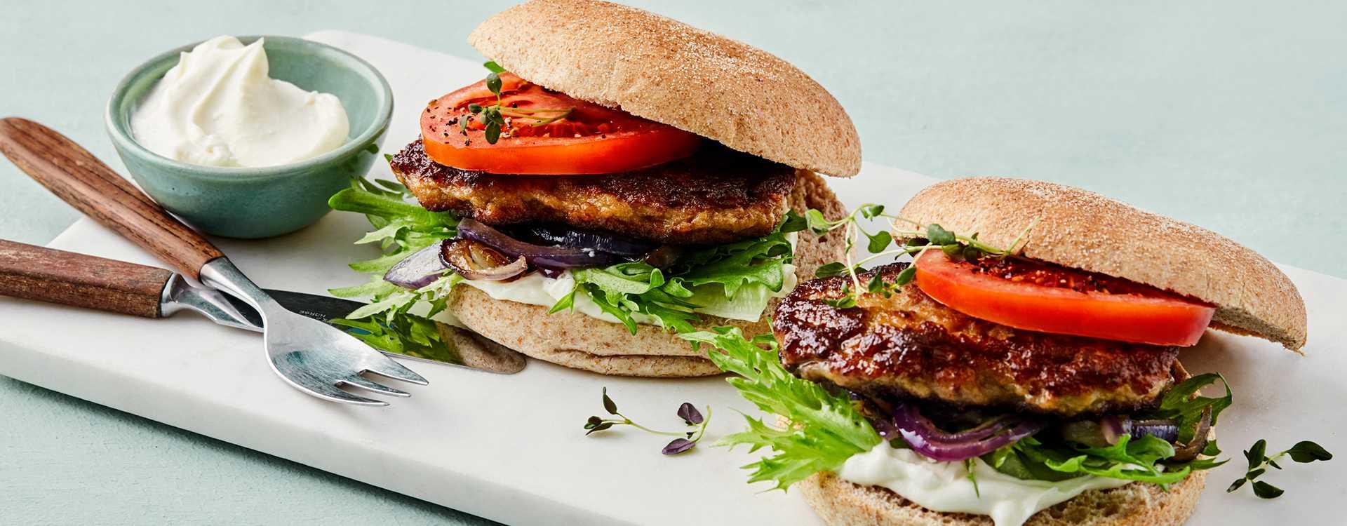 Karbonader med crispy salat og stekt rødløk i grove hamburgerbrød