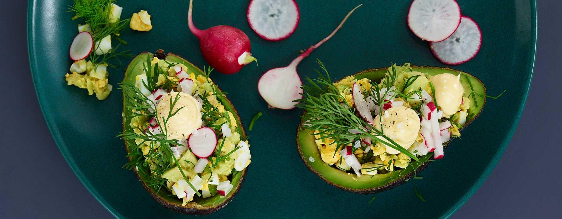 Fylt avokado med egg og reddiker