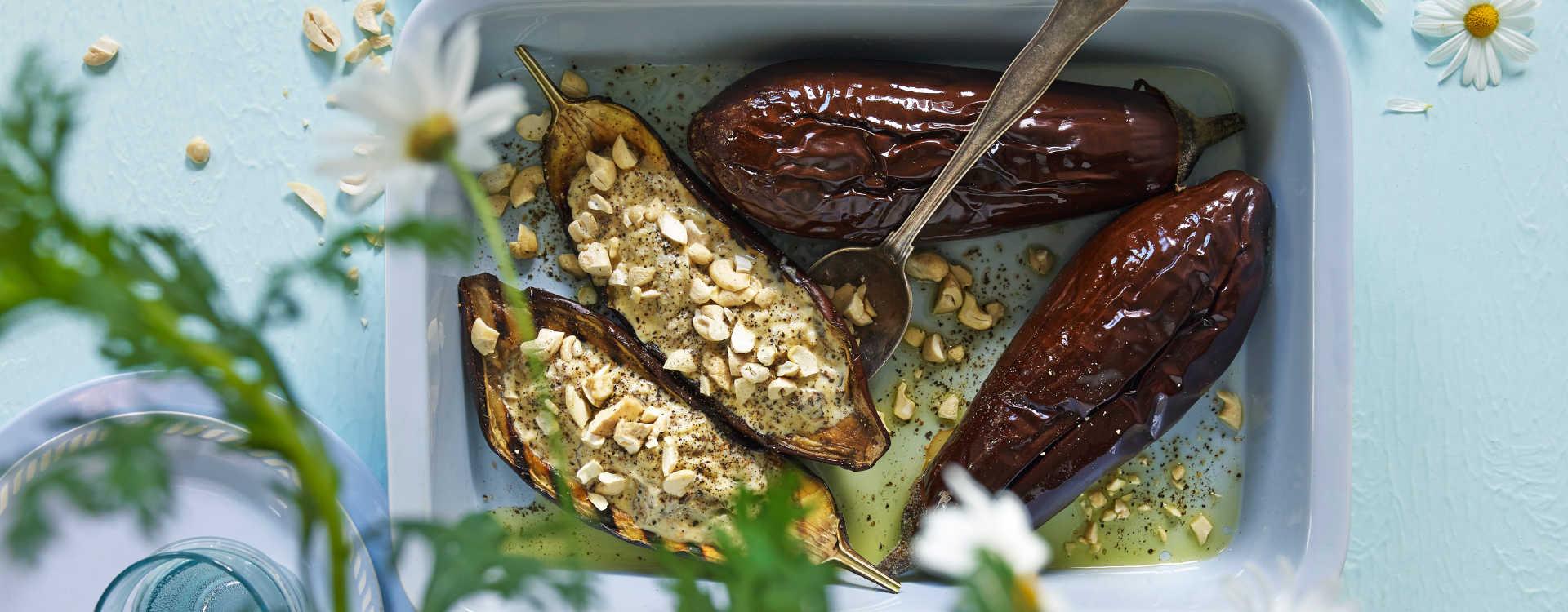 Grillet hel aubergine med honning og cashewnøtter
