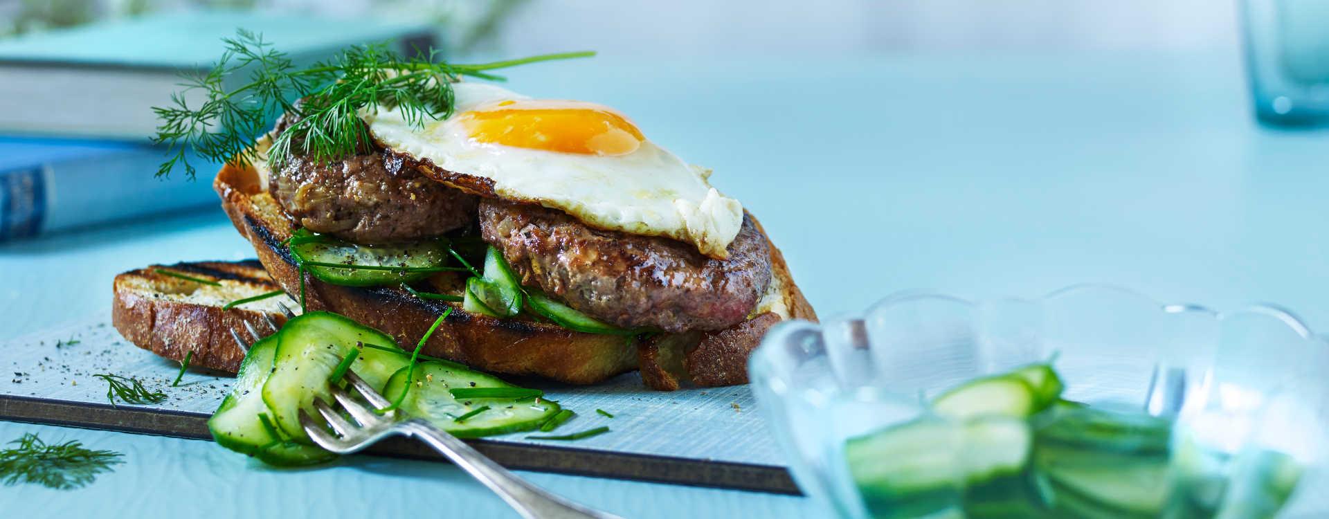 Stekt eggesandwich med Tinas karbonader og syltet agurk