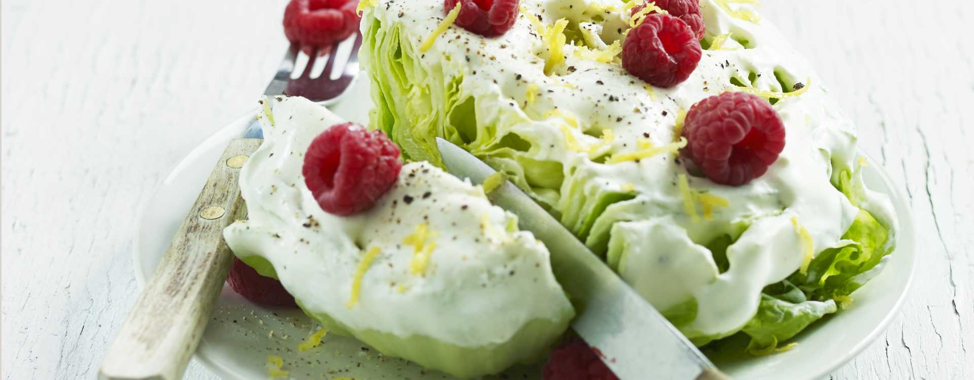 Salat med fløtedressing og bringebær