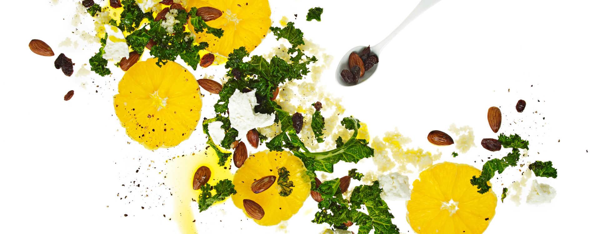 Couscous med stekt grønnkål, mandler, rosiner og appelsin