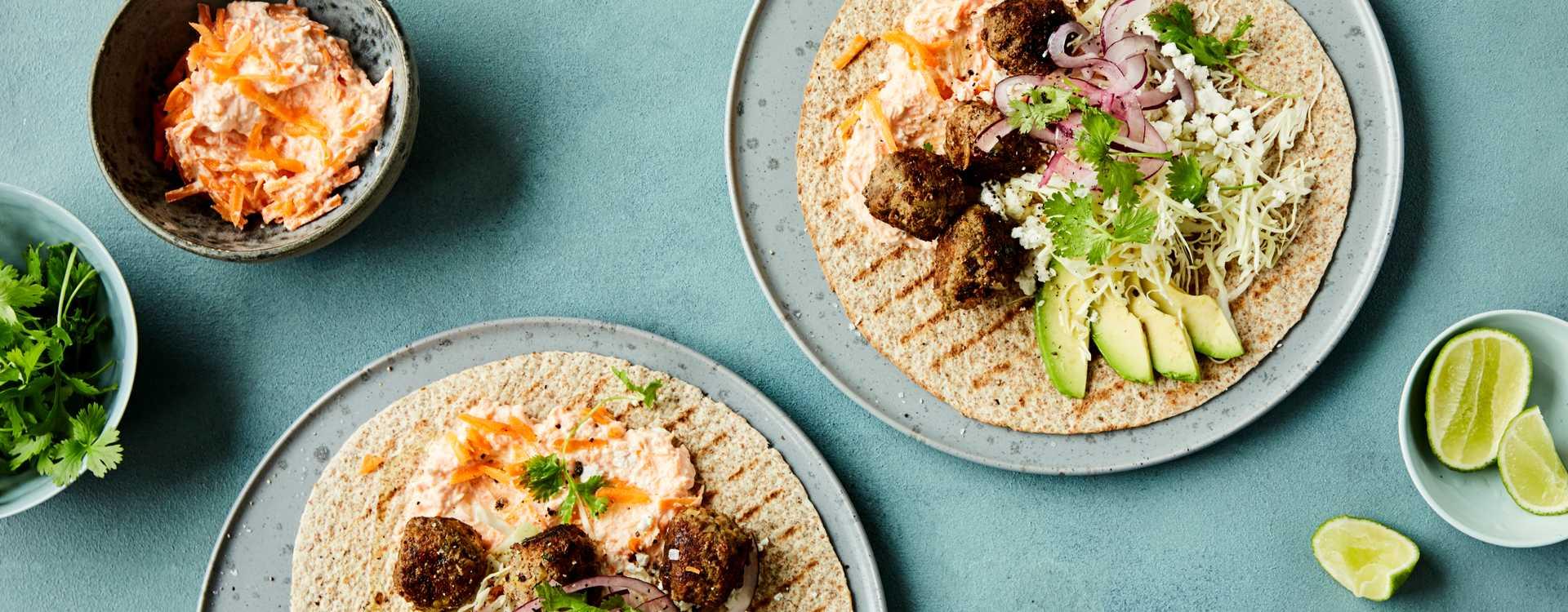 Tortilla med kålsalat, gulrot-tzatziki & spicy kjøttboller