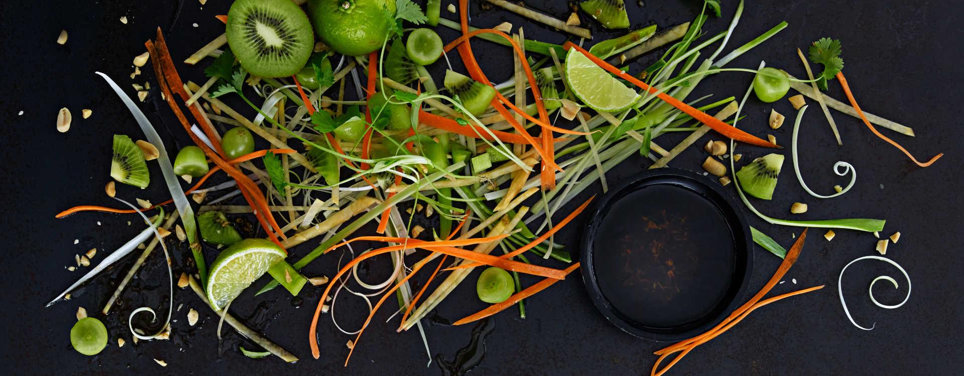 Asiatisk kålrot- og gulrotsalat med peanøttdressing