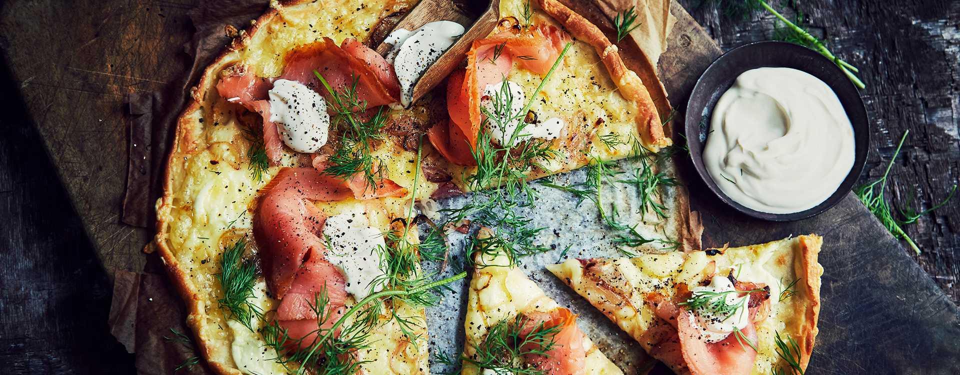 Pizza med røkelaks og rømme