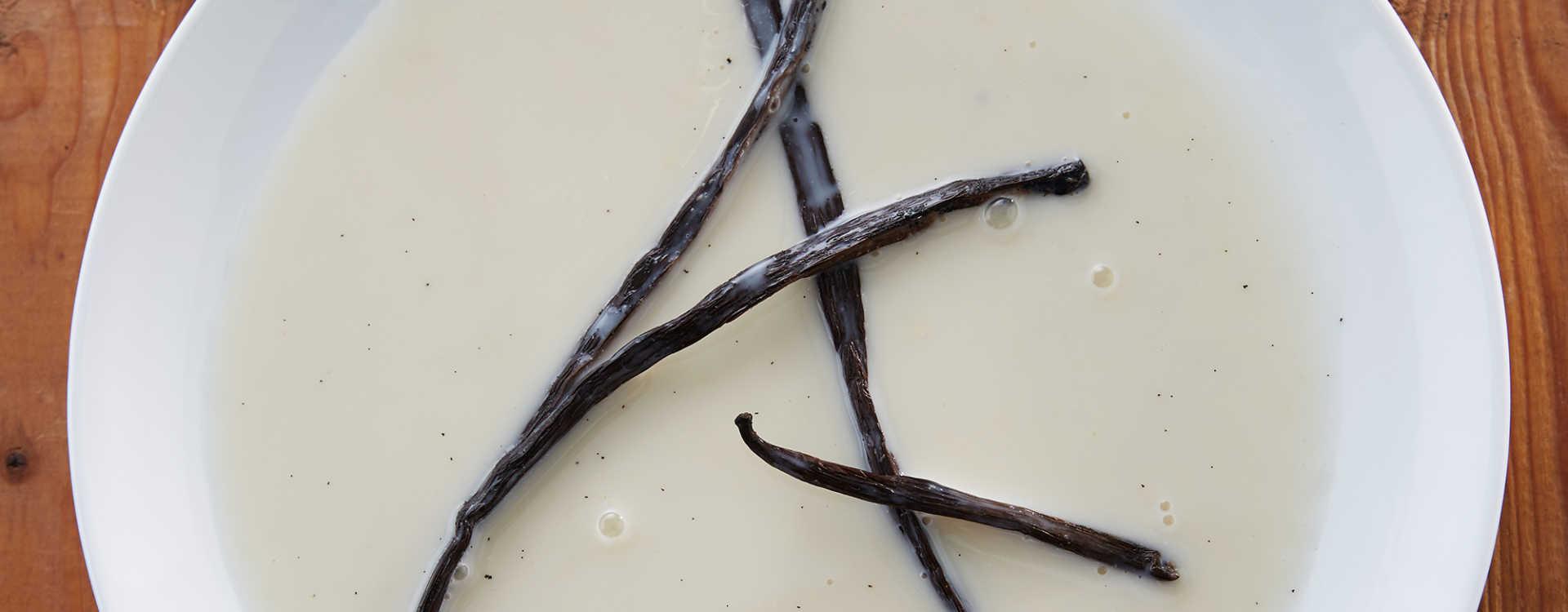 Varm mandelmelk med vanilje og kardemomme