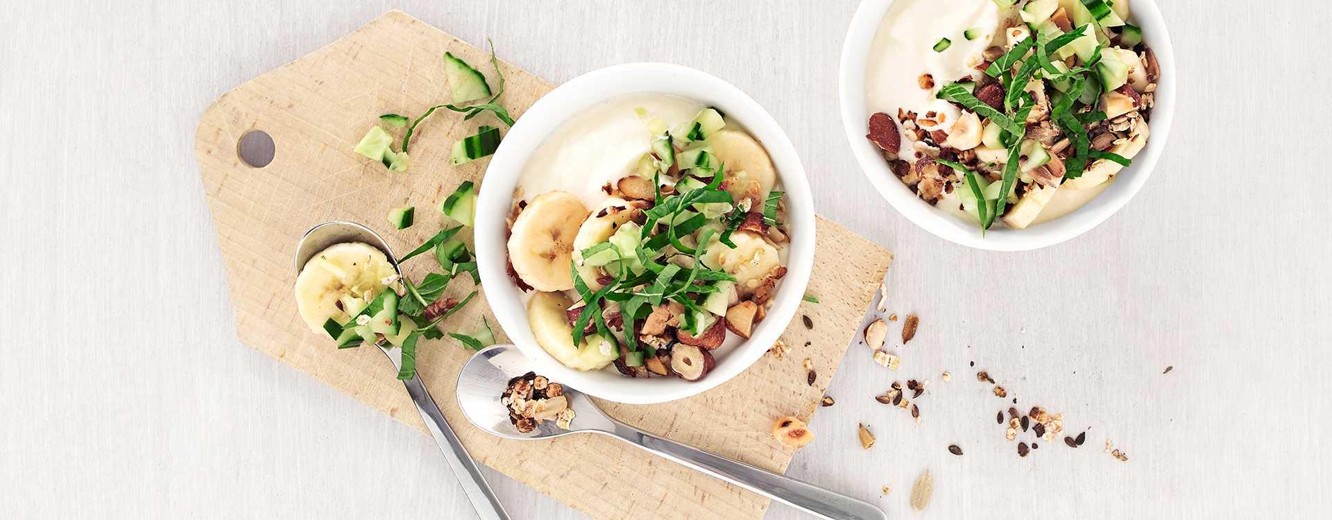 Yoghurt med müsli og banansalat