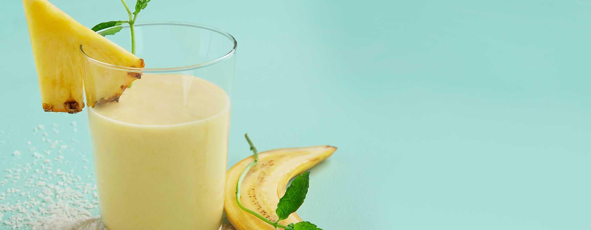 Smoothie med banan, kokosmelk og ananas