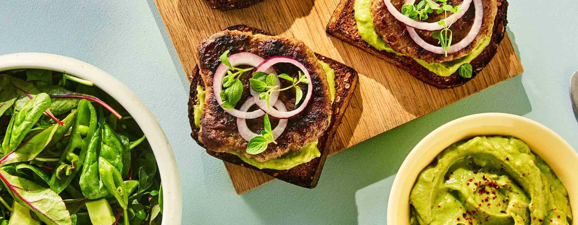 Karbonadesmørbrød med avokadomos og salat