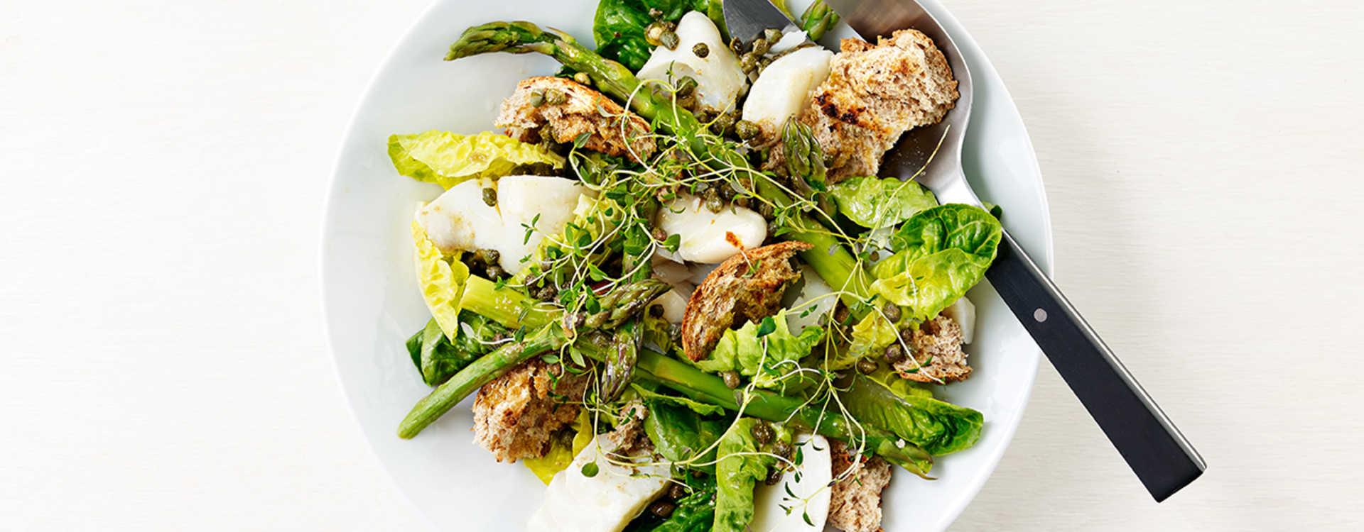 Torsk med grillet brød, asparges og brunet smør med lime og kapers