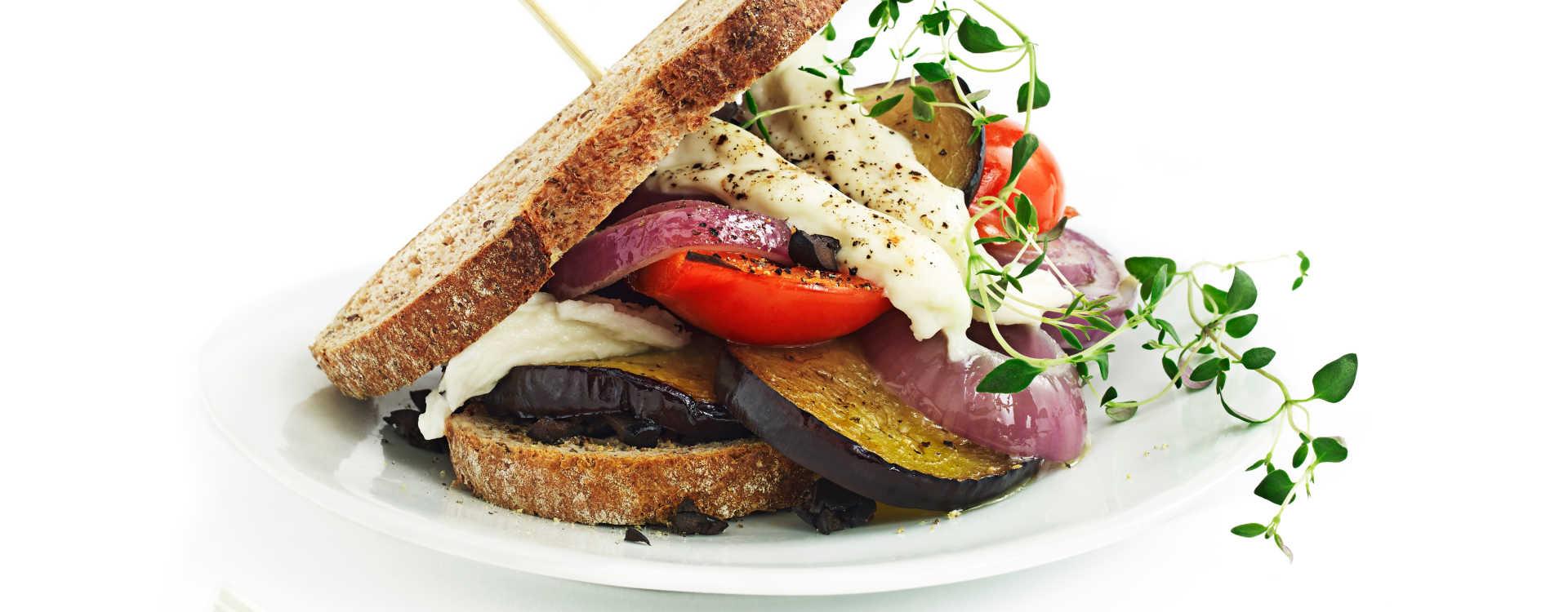 Varm blings med grillet paprika, rødløk og aubergine