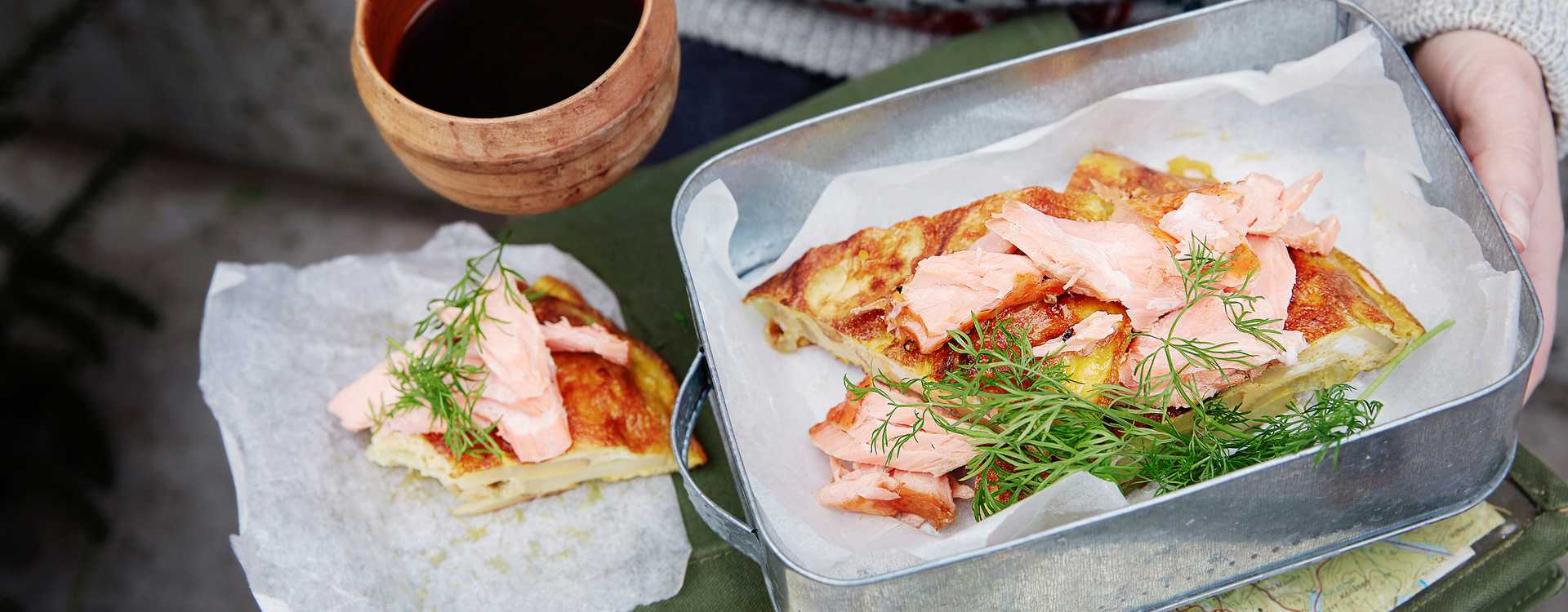 Potettortilla med varmrøkt laks og dill