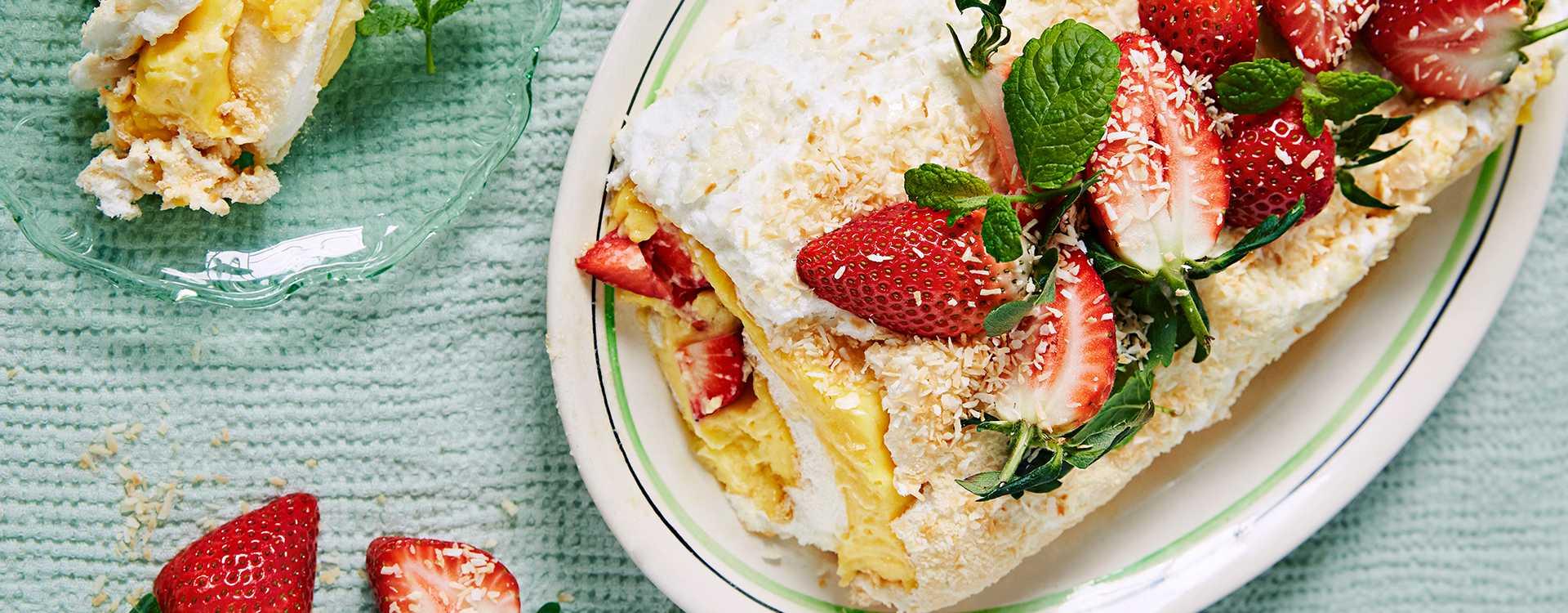 Kokosmarengskake med myntekrem, jordbær og nektariner