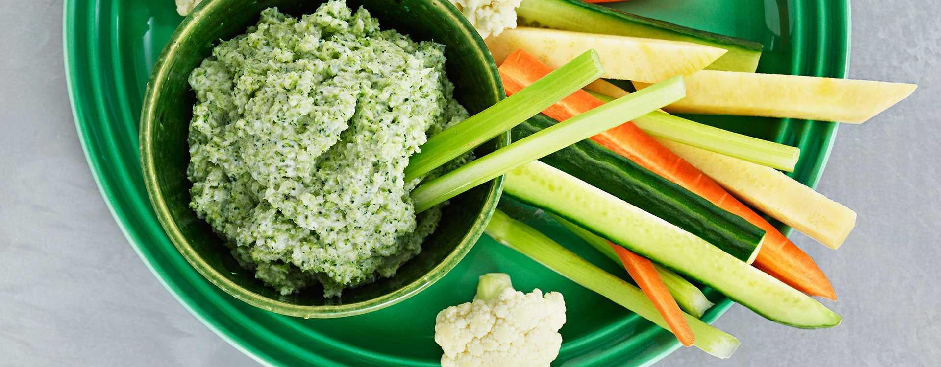 Brokkoli- og mascarponedipp med grønnsaksstaver