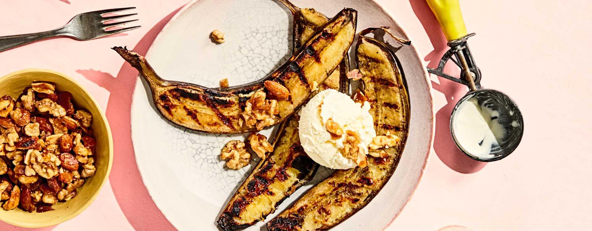 Grillede bananer med is og karamelliserte nøtter