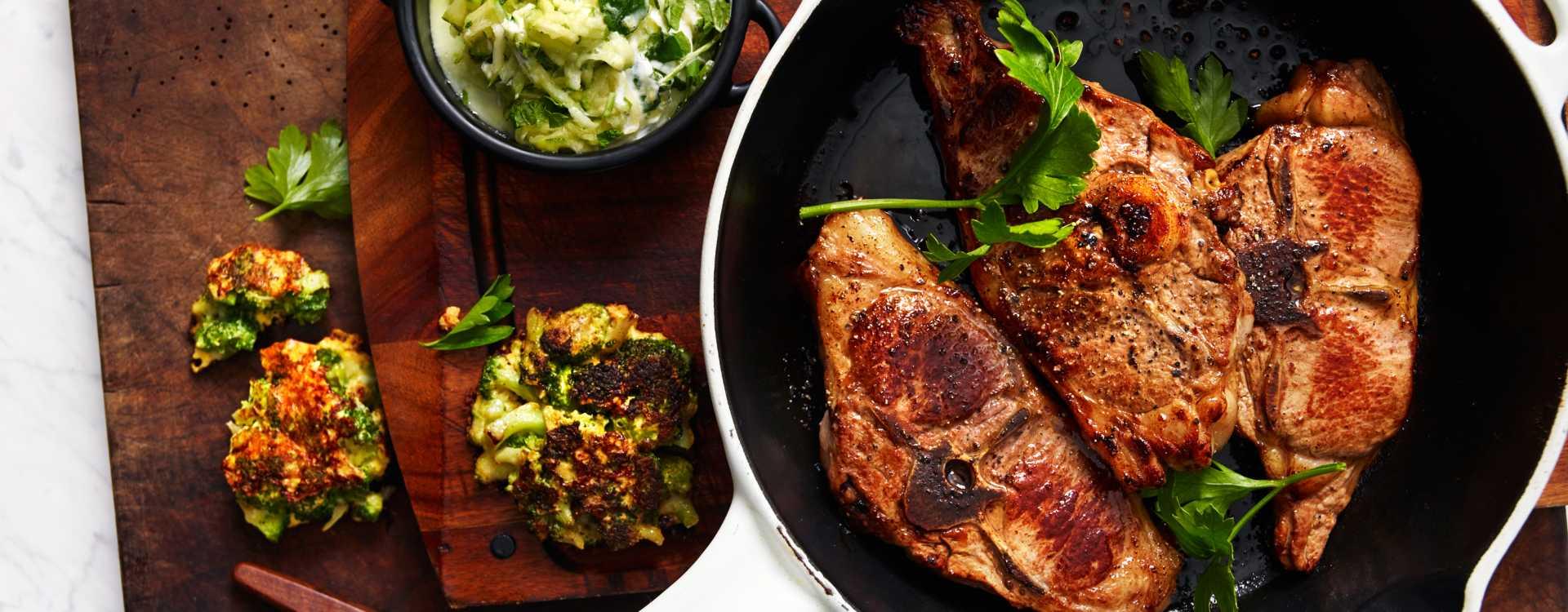 Grillede lammekoteletter med brokkolifritters og raita med mynte og squash
