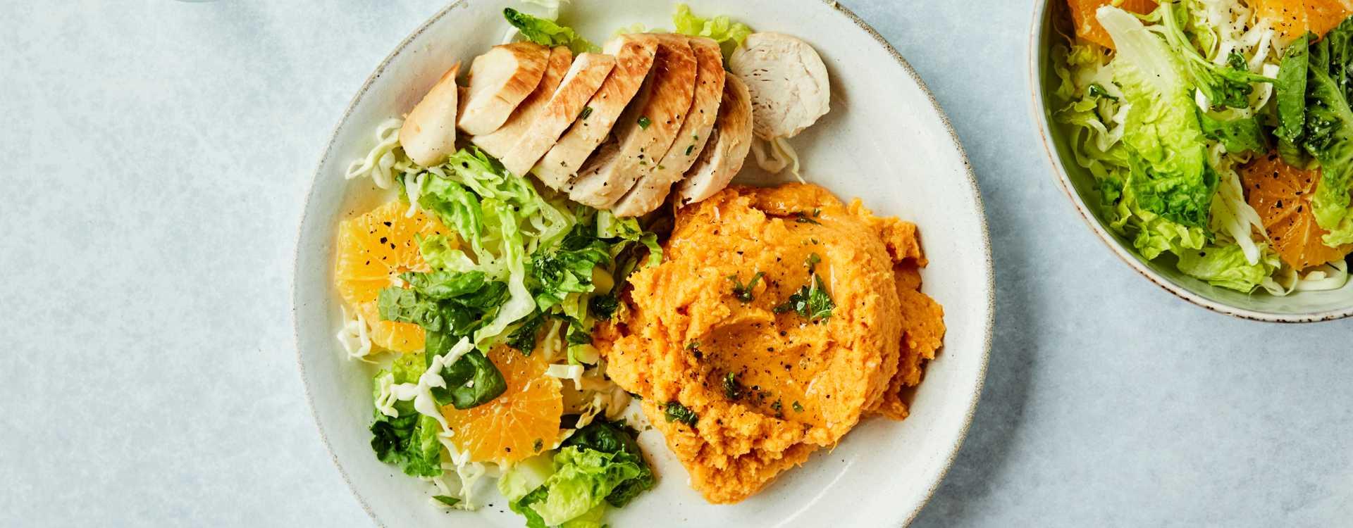 Stekt kyllingfilet med søtpotetmos, appelsin- og hjertesalat