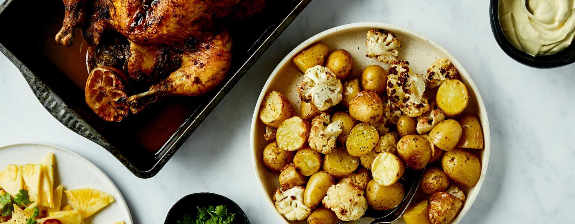 Helstekt tikkakylling med bakte poteter, blomkål og ananassalat