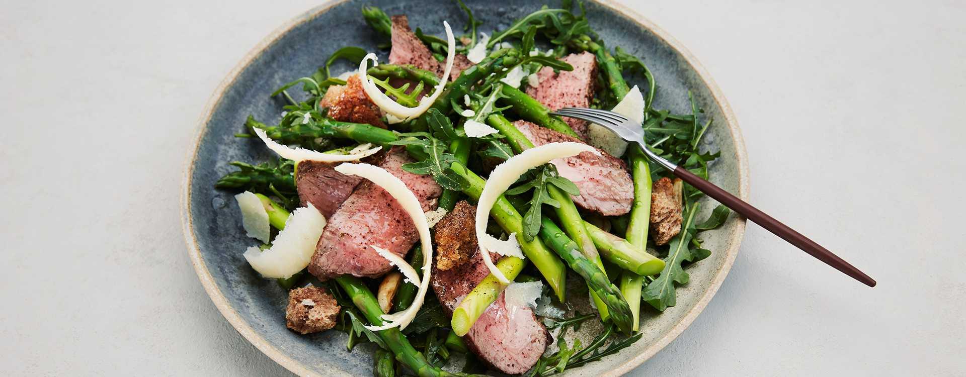 Aspargessalat med ytrefilet av storfe, ruccola og parmesan