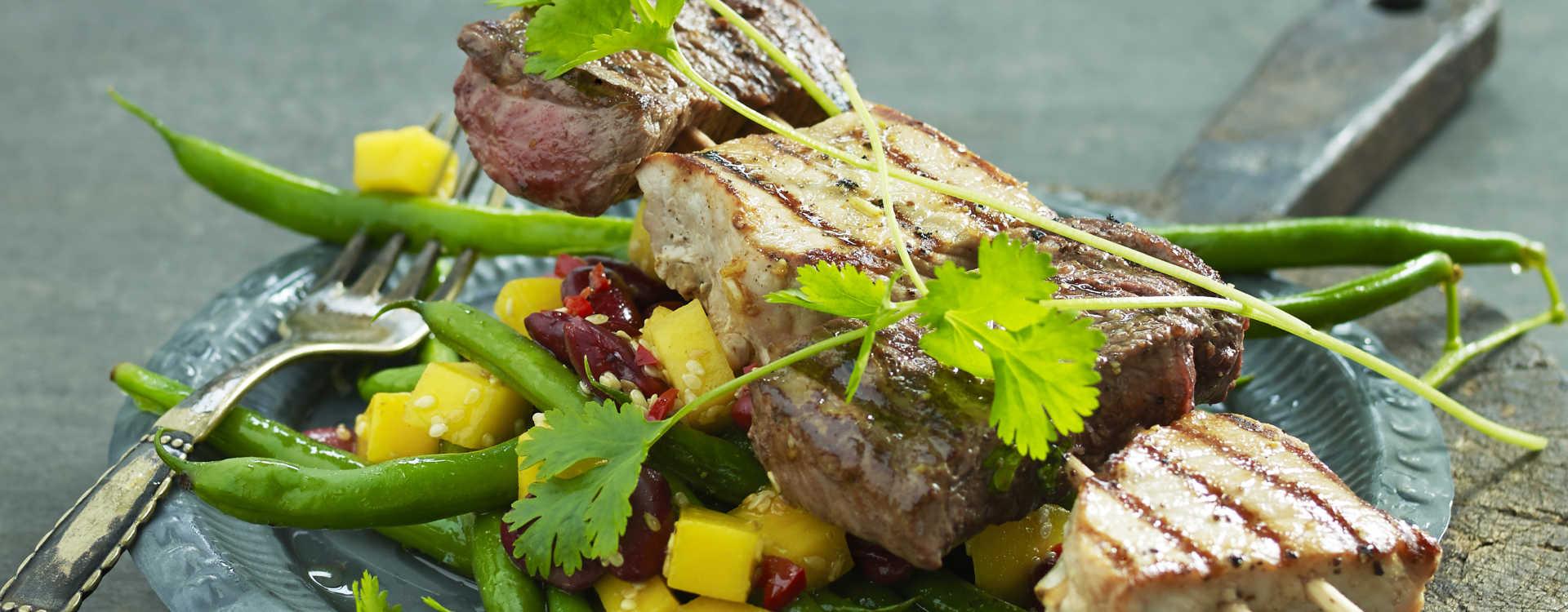 Grillspyd servert med salat av mango, grønne bønner og spiskummen