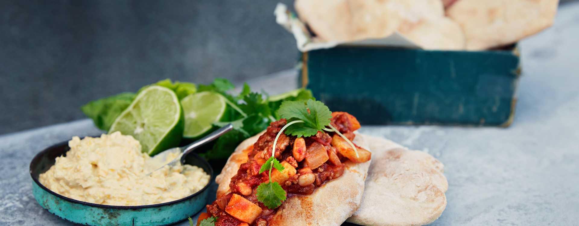 Tacobrød med chili con carne og maiskrem
