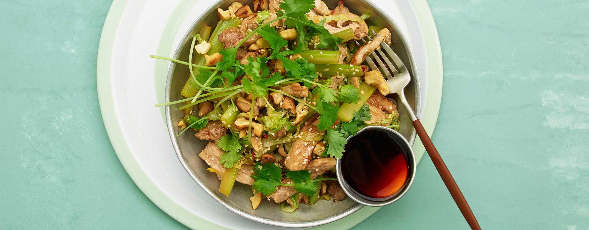 Strimlet svin med kinakål og chili