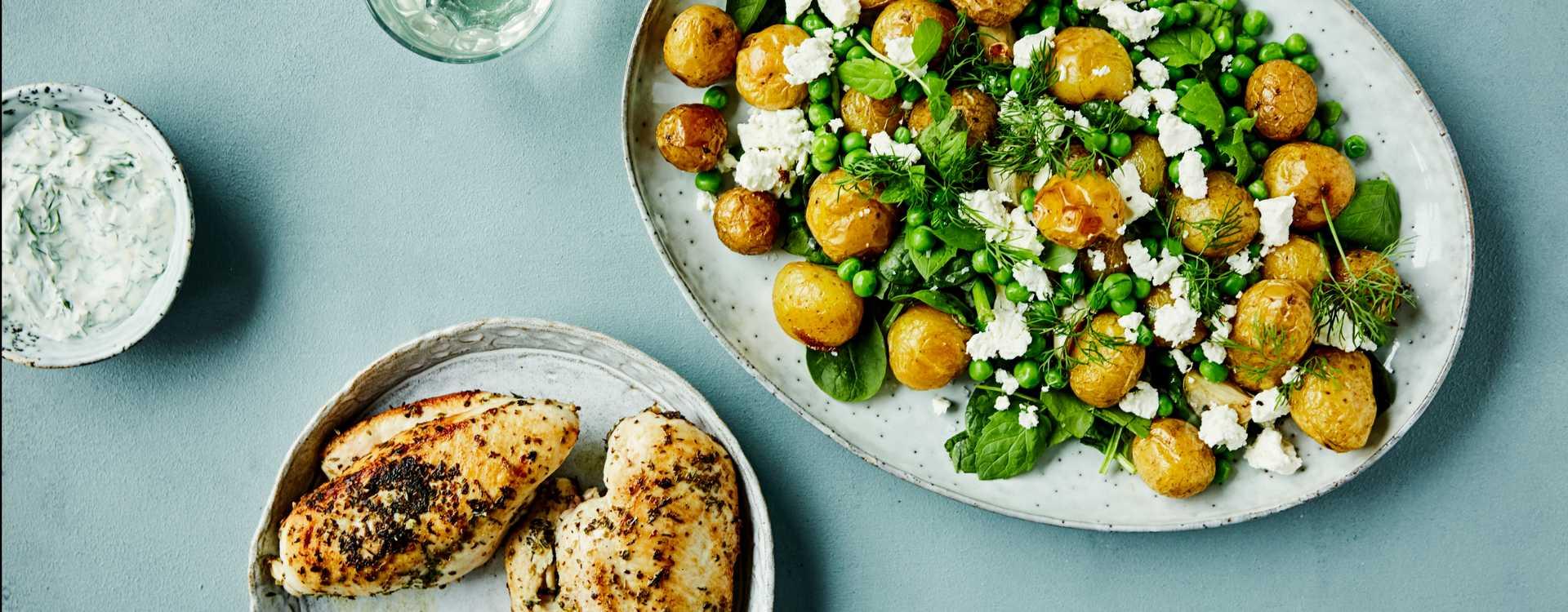 Urtestekte kyllingfileter med ovnsbakte poteter, erter, feta og mynte