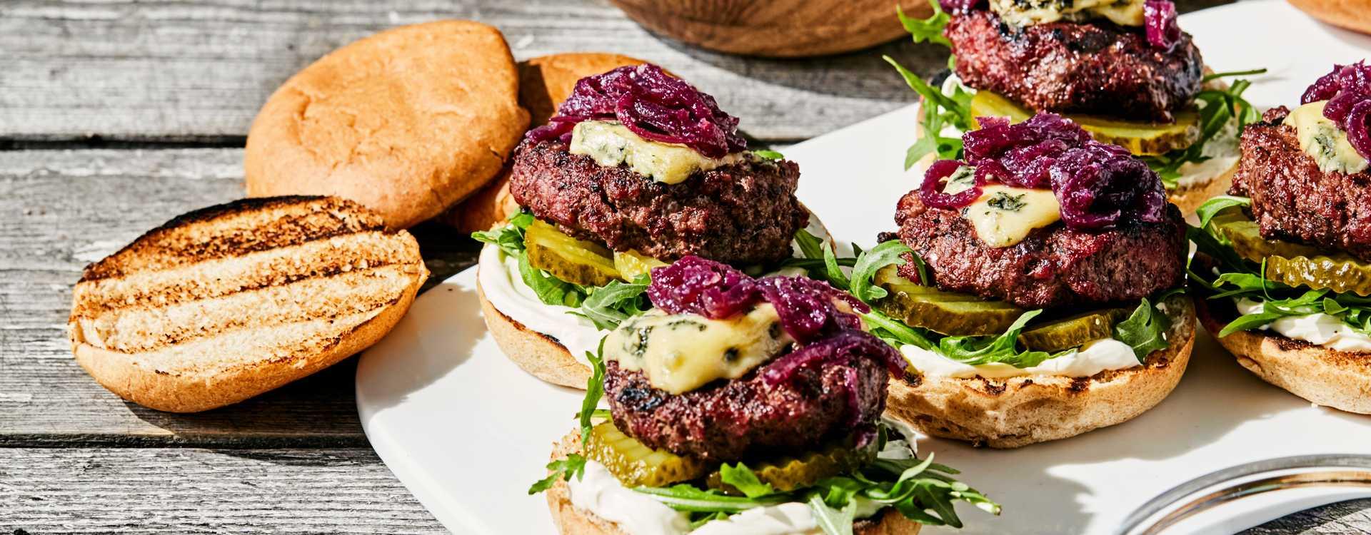 Miniburgere med blåmuggost og rødløksmarmelade