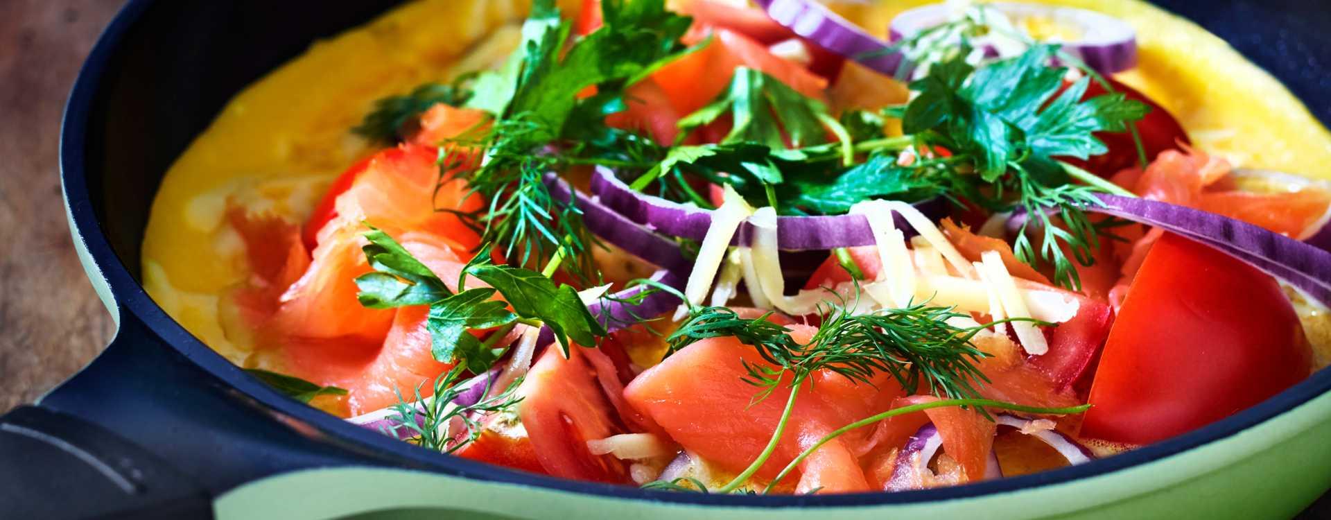 Åpen omelett med røkt laks, urter og Jarlsbergost