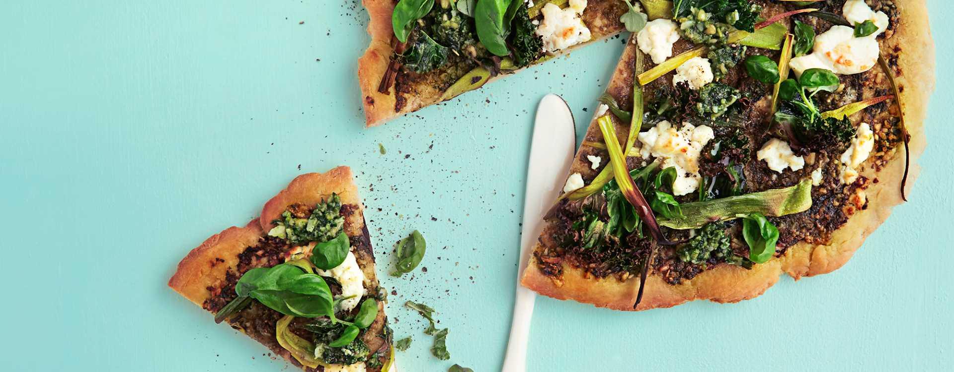 Grønn pizza med chevre, grønnkål, purre og pesto