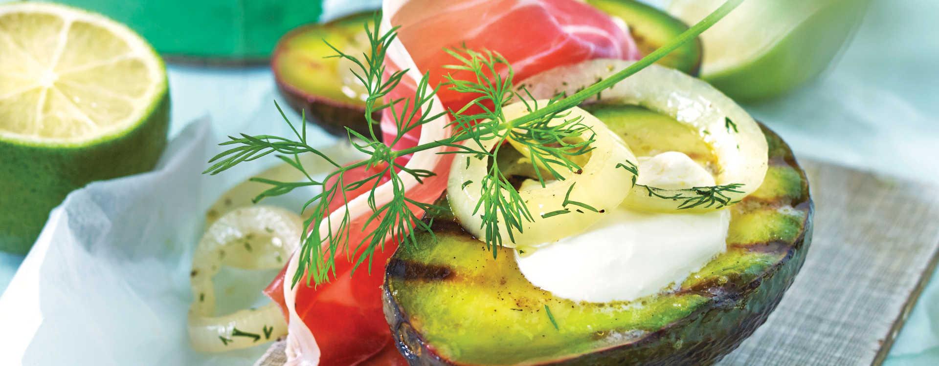 Grillet avocado med spekeskinke, dill og rømme