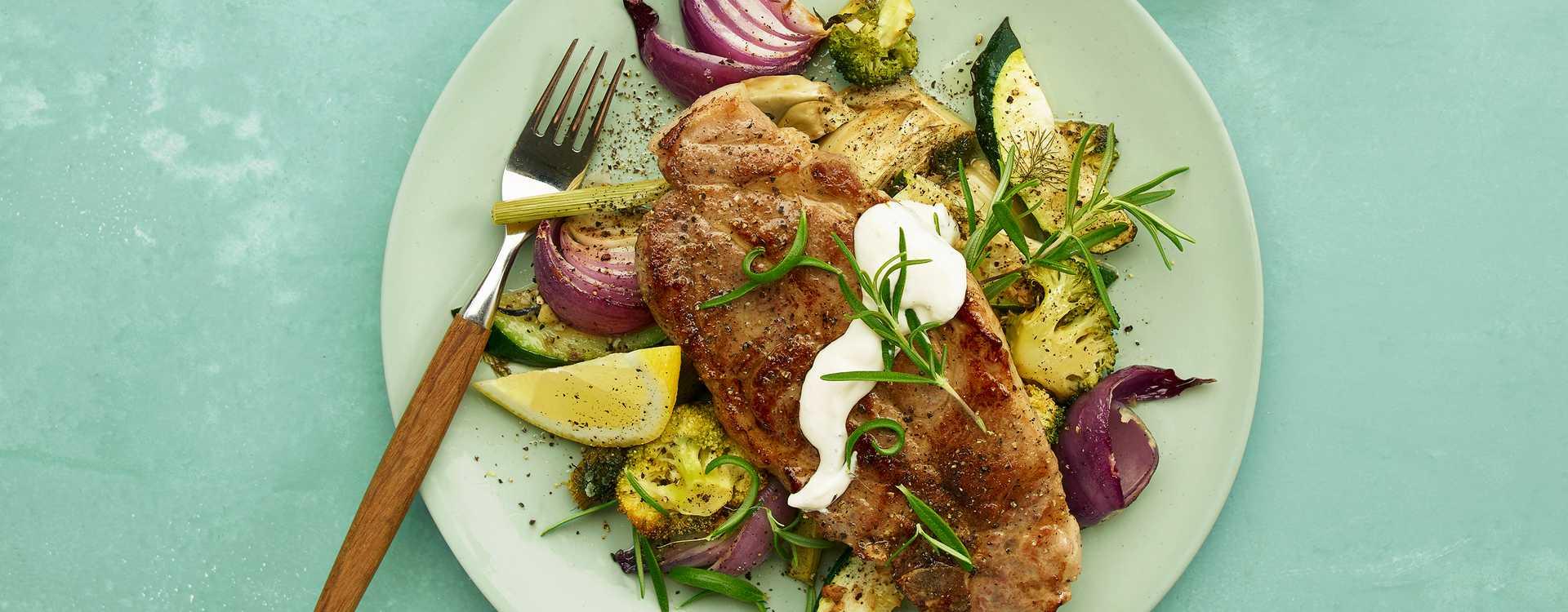 Nakkekoteletter med varme grønnsaker og pepperrotrømme