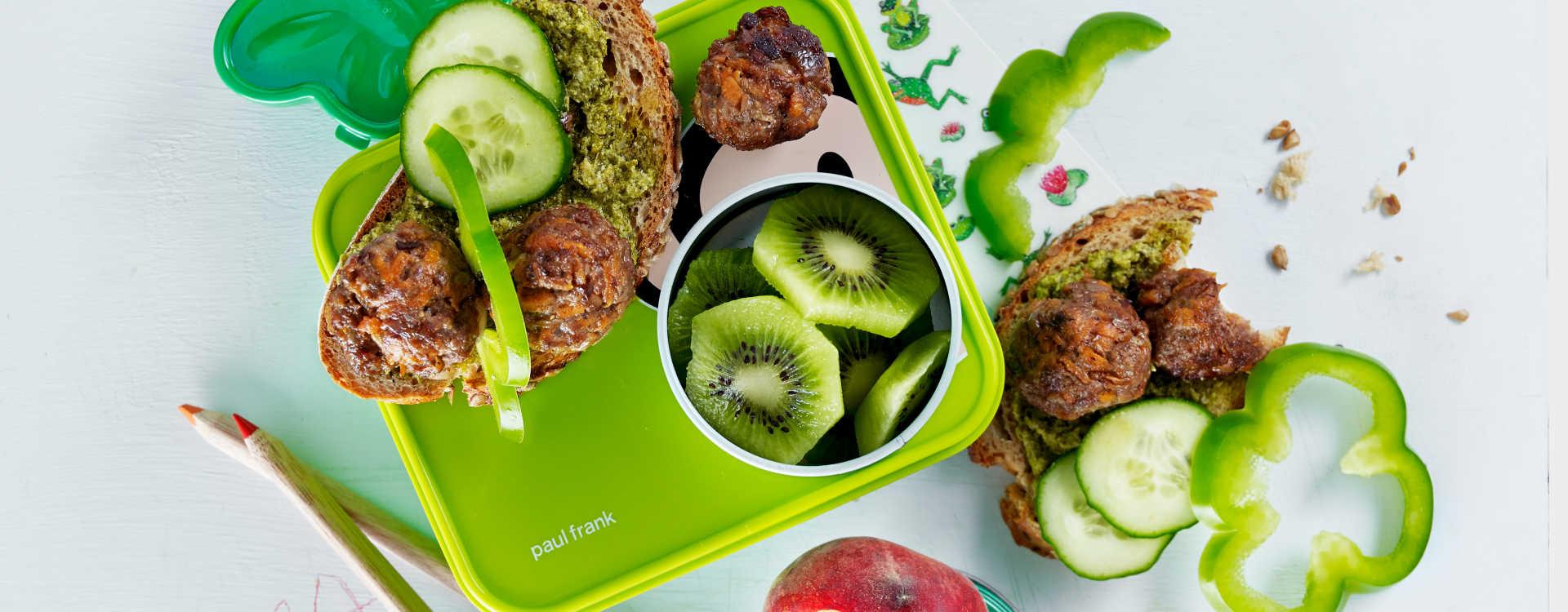 Blings smurt med pesto og halve kyllingkjøttboller med agurk og paprikabiter