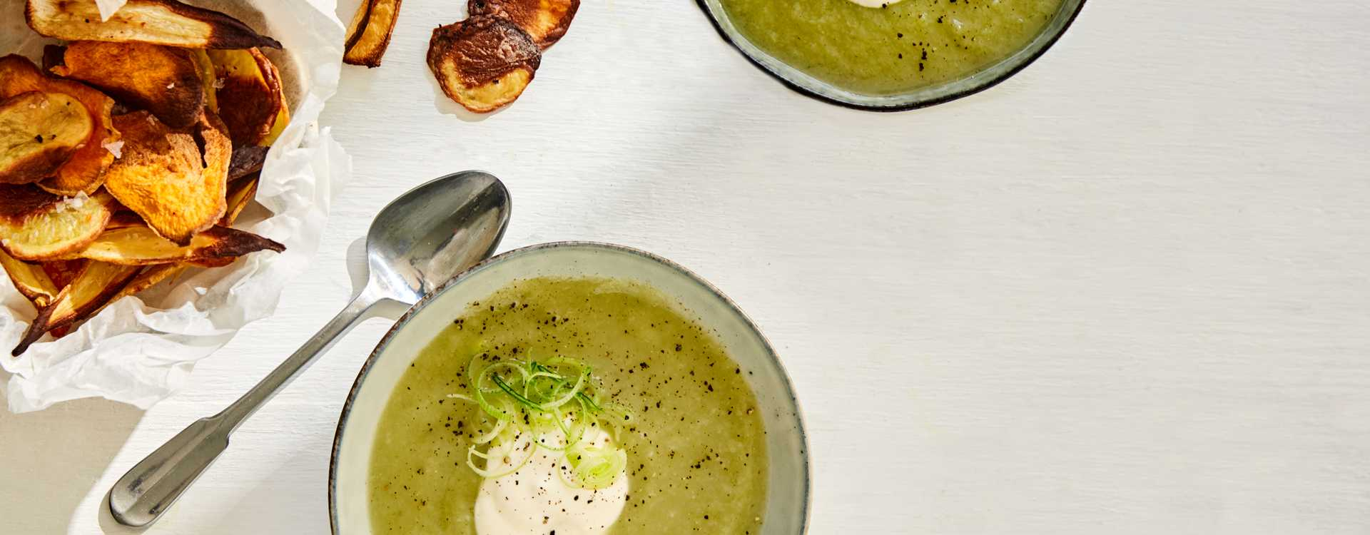 Kremet suppe av potet, sellerirot og pastinakk med rotgrønnsakschips