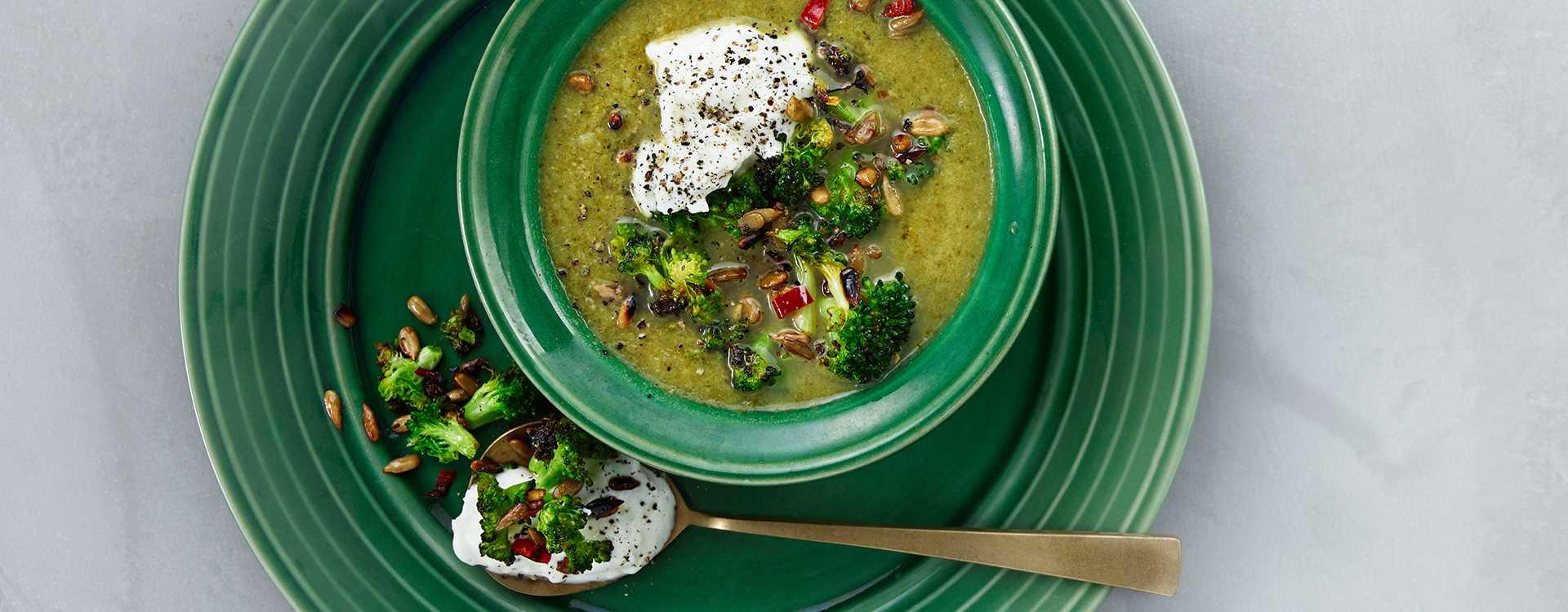 Brokkolisuppe med løk-krem og pannestekt brokkoli