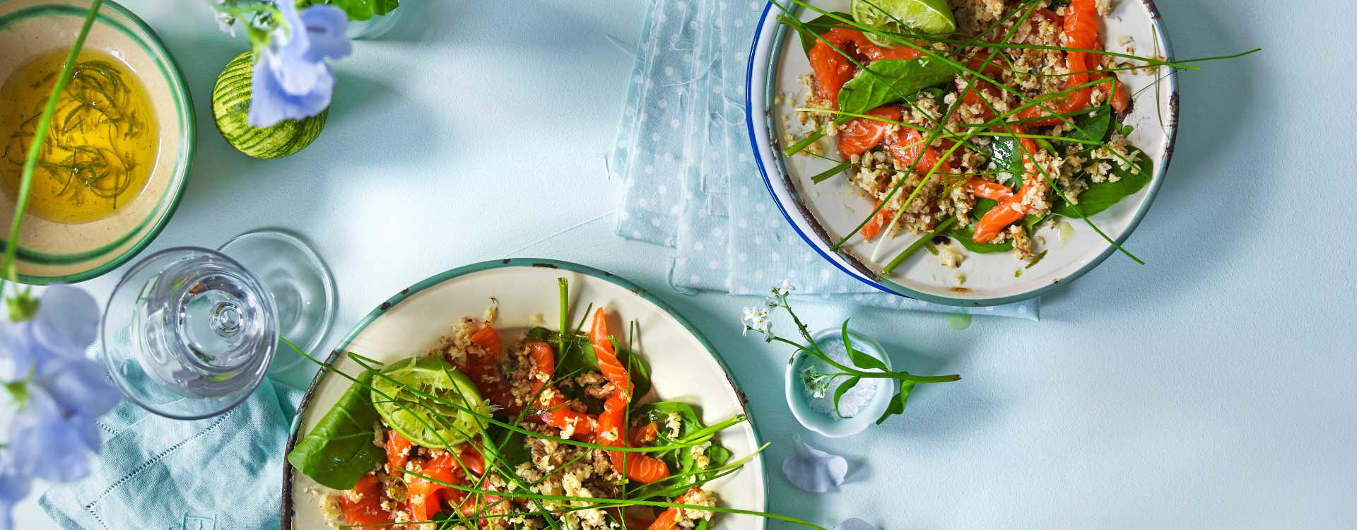 Sommerfin salat av råmarinert ørretfilèt, sesamfrø og ristet blomkål