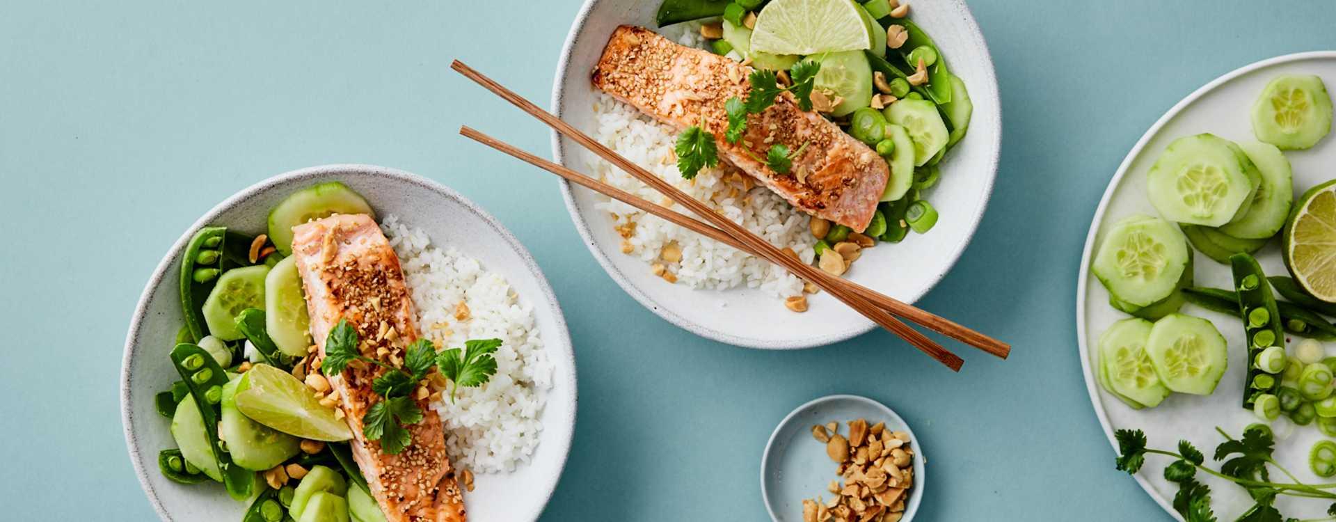 Sesamstekt laks med thaisalat og ris