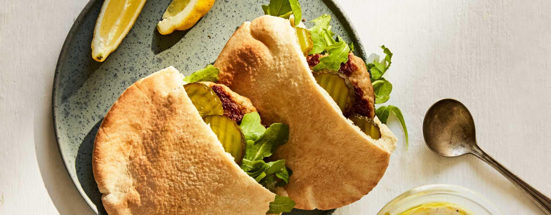 Karbonader i pita med urteyoghurt og ruccola