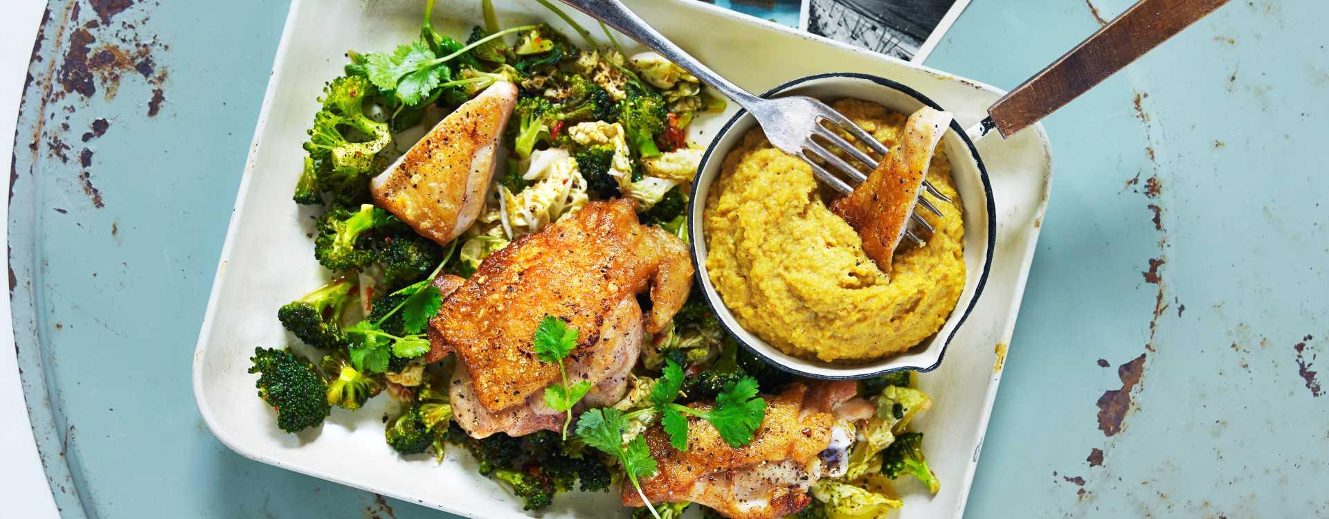 """Lårfilet av kylling med peanøttsaus """"satay"""" og varm kinakål"""