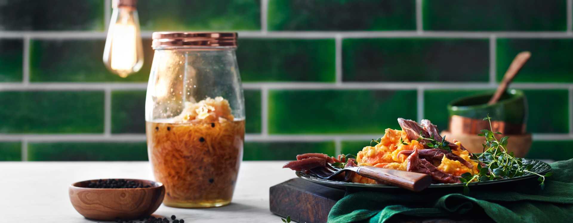 Kokt svineknoke med glatt rotmos og syltet persillerot