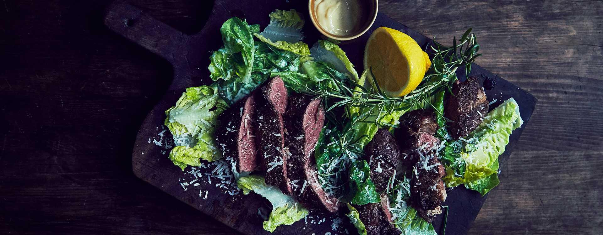 Tagliata på høyrygg med hjertesalat parmesan og aioli