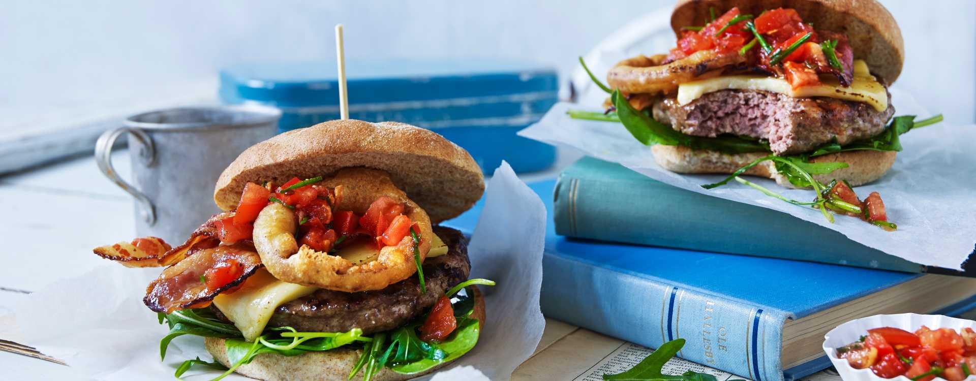 Grillede hamburgere med crispy løkringer og ingefærsalsa
