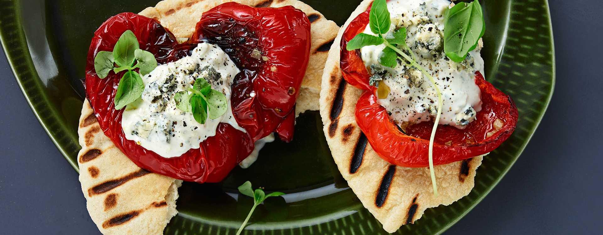 Helgrillet paprika med blåmuggdipp i wrap eller pita