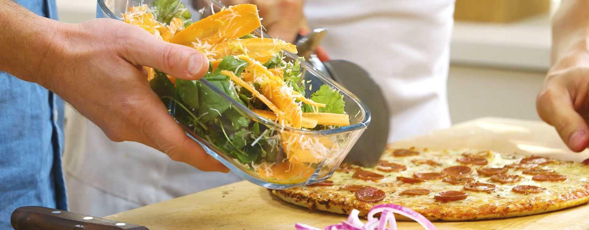 Grandiosa pepperoni med en sprø og fargerik salat