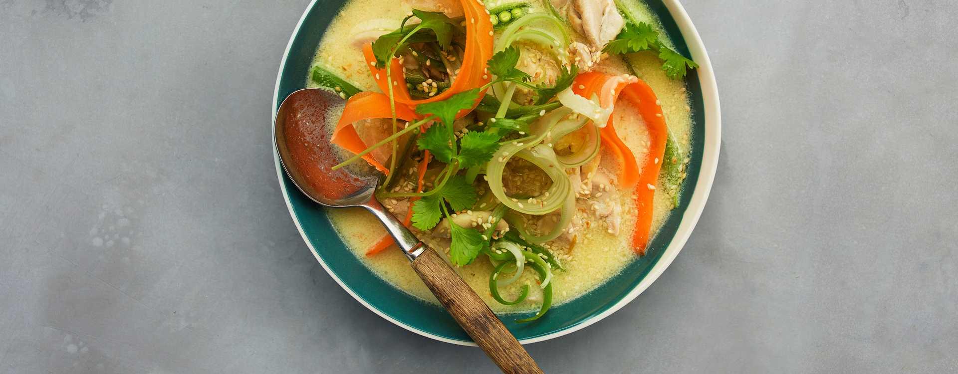 Thaisuppe med sprø grønnsaker og kylling