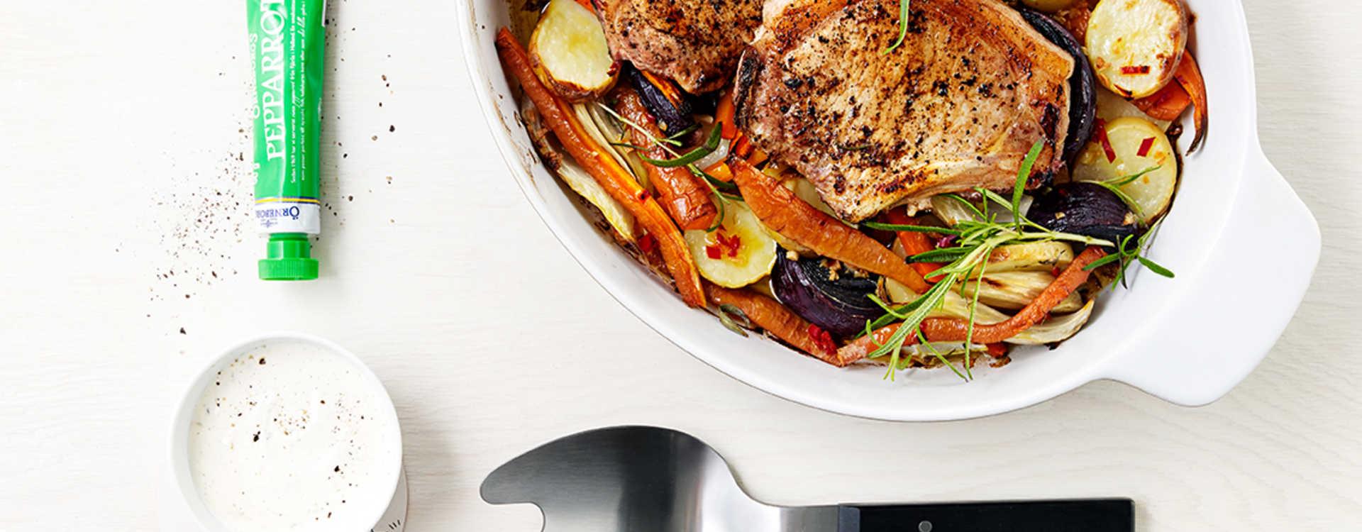 Svinekotelett med varme grønnsaker og pepperrotrømme