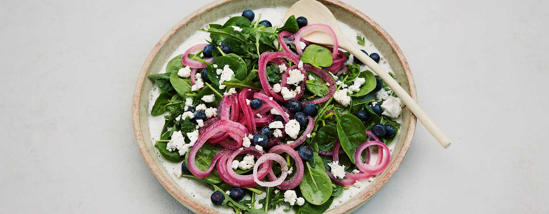 Spinatsalat med fetaost, syrlig rødløk og blåbær